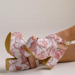 ¡Un estilo que enamora a primera vista! 💗  ¿Cuántas de ustedes no aman nuestro Vero Rose? Su print lo hace delicado, femenino y combinable al mismo tiempo.  Para una salida con amigas o un date con tu pareja. Arma distintos looks con este estilo✨  Para mayor información, escríbenos al número de WhatsApp 📱 +57 316 6956781, al DM o en nuestra página web 💻 www.sabatesshoes.shop  #sábatesshoes #shoes #dreamshoes #handmade #estampados #prints
