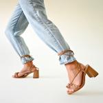 Alerta de tendencia! ¿Lo habías visto?✨  Actualmente está #OnTrend buscar maneras distintas de amarrar los cordones o los cintos; siempre buscando una estética y cuidando los detalles.  ¿Qué tal esta manera de atar nuestro estilo Girasol Beige?🤩  #sábatesshoes