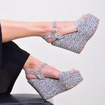 ¿Prints en tonos neutros? ¡Claro que los amamos! 🖤  Alejandra Black es el estilo de Sábates que buscan todas las mujeres que quieren probar un pequeño cambio✨  Y al no ser tan drástico y lleno de colores, esta opción les resulta perfecta⚡️ ¿quisieras más estampados neutrales en nuestra colección?  Para mayor información, escríbenos al número de WhatsApp 📱 +57 316 6956781 o al DM  #sábatesshoes #shoes #dreamshoes #women