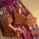 ¡Jueves de recordar nuestros estilos emblemáticos! 💛  Classic Miel Peach es el perfecto par de zapatos para el día a día. La posibilidad de looks son infinitos y la comodidad es de otro planeta.  Lo mejor de todo: tenemos stock disponible en nuestro almacén🛍  Para mayor información, escríbenos al número de WhatsApp 📱 +57 316 6956781 o al DM  #sábatesshoes #shoes #dreamshoes #clasicos